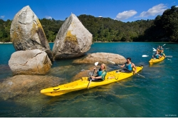 "Kayak a la ""Split Apple Rock"""